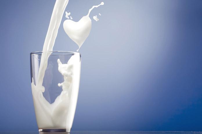 có nên uống sữa trước khi ngủ không